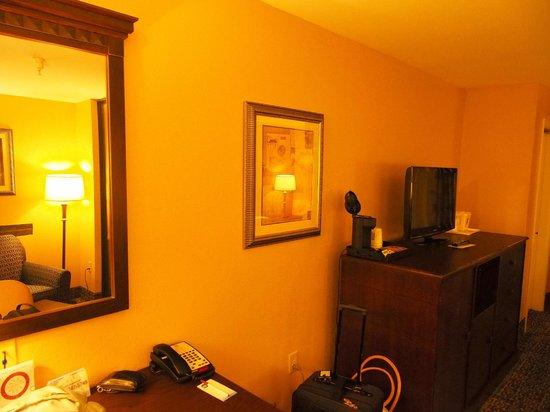 Comfort Suites Beaufort: Desk, TV, coffee maker, fridge & microwave