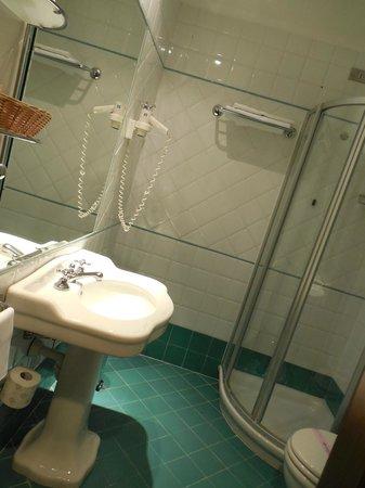 Apollo Hotel: Super clean bathroom