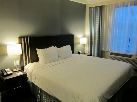 Wyndham Garden Long Island City Manhattan View Hotel: The room with King Size bed