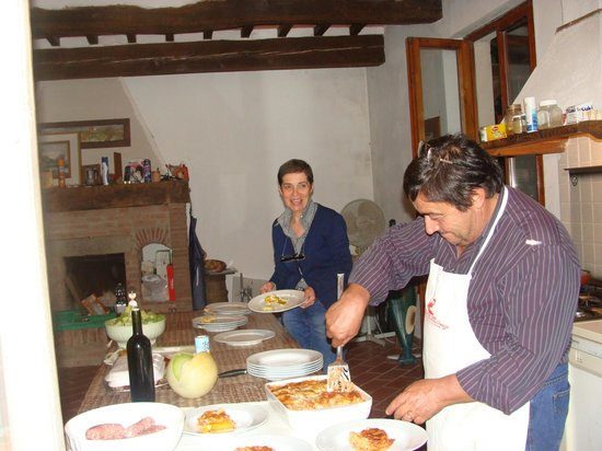 Agriturismo Pratovalle : Michele and Carla serving our last Tuscan dinner (on this trip)!