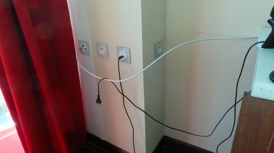 Hotel Sarah Nui: Exposed Wires