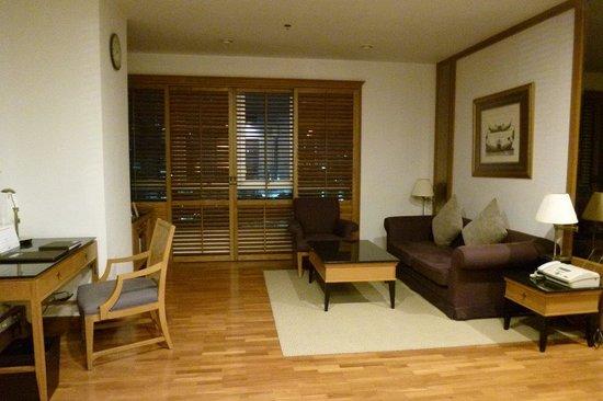 Grande Centre Point Hotel Ploenchit: リビング。写真左にベランダ、右にベッドルーム、バスルームと続きます。