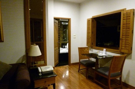Grande Centre Point Hotel Ploenchit: リビング横のダイニング?スペース。テーブル横の窓の奥がキッチンです。