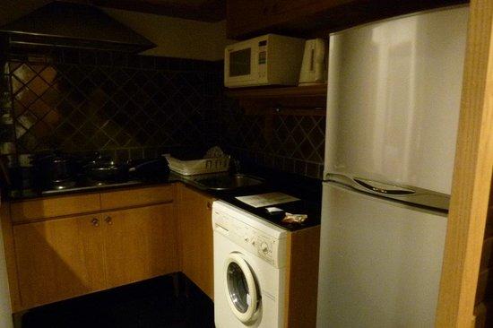 Grande Centre Point Hotel Ploenchit: 暗いですが、キッチン。電子レンジの横にトースターや湯沸かしポットあり。シンクは小さめ。洗ったお皿をたてるかごも有。
