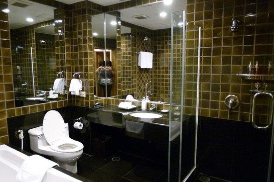 Grande Centre Point Hotel Ploenchit: バスルーム。右がシャワースペースで固定式シャワー。タブの上にハンドシャワー有。