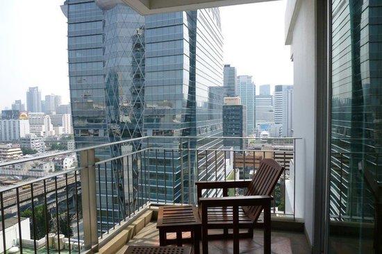 Grande Centre Point Hotel Ploenchit: ベランダ。正面ガラス張りの建物がオークラ。BTS高架の先に駅があります。