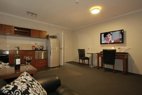 City Corporate Motor Inn: Lounge in Executive Apartment