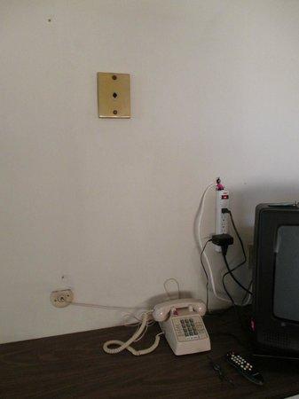Red Roof Inn Lancaster - Strasburg: Missing light fixture