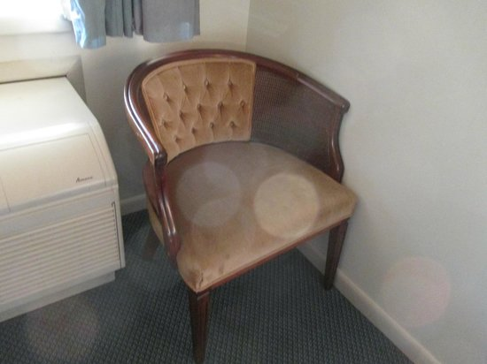 Red Roof Inn Lancaster - Strasburg: Chair from decades ago