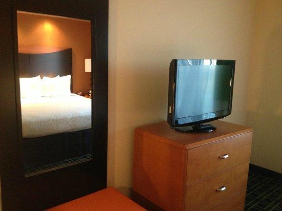 Fairfield Inn & Suites Montgomery-EastChase Parkway: Bedroom mirror, TV, dresser