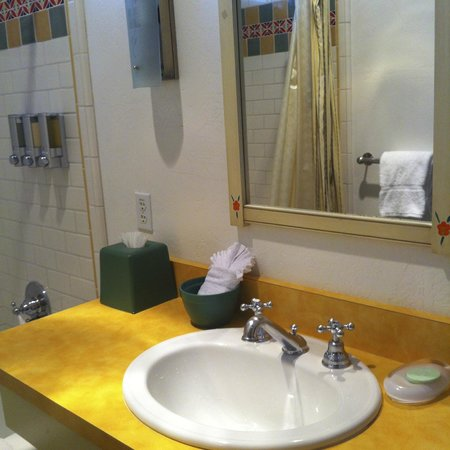 Sonoma Creek Inn: Bathroom Vanity