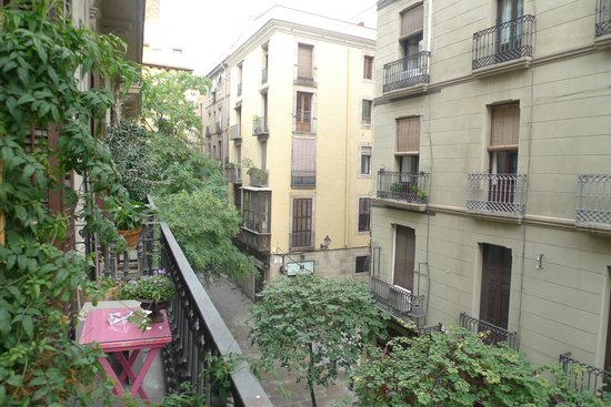 Casa Marcelo Barcelona: View of the street and the neighborhood from the balcony.
