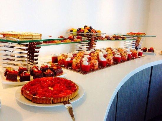 Hotel les bains de Cabourg: Buffet des desserts tous les dimanches midi!! FANTASTIQUE