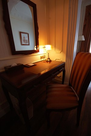 Hotel Continental Saigon: Рабочий стол.