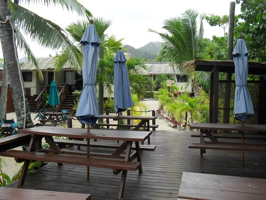 Castaway Resort: Dining Deck at Crusoe's bar on the beach.