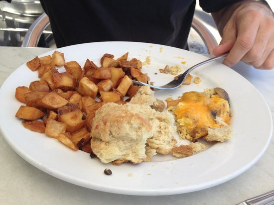 Rhinoceros Cafe and Grill: Bland potatoes and dry biscuit.