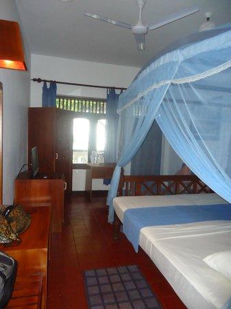 Sri Gemunu Beach Resort: AC room
