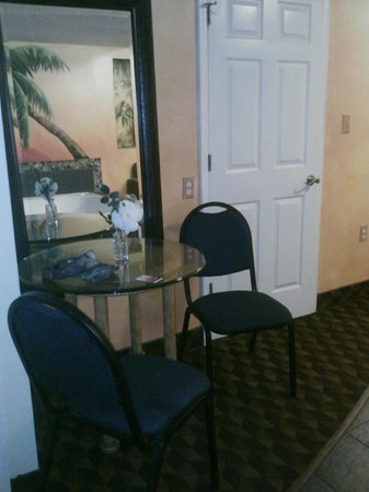 La Quinta Inn & Suites Oceanfront Daytona Beach: small table