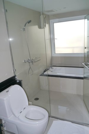 Viva Garden Serviced Residence: bathroom with bathtub in master room
