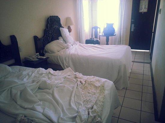 Playa Los Arcos Hotel Beach Resort & Spa: Our $110 room.  Large gap under the door.
