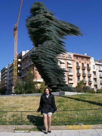 Скульптура Бегун в Афинах. Она полностью состоит из темно-зеленого стекла