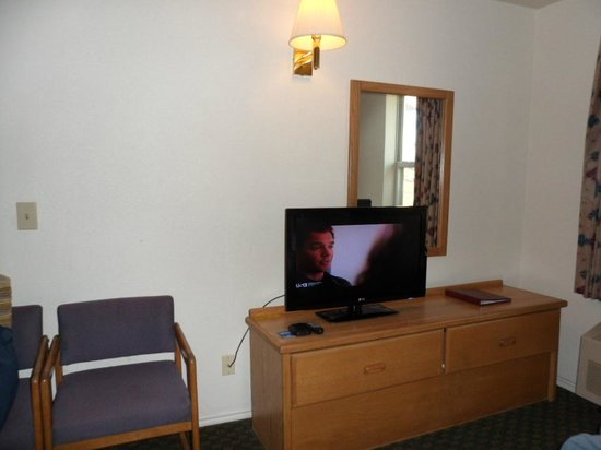 Quality Inn Zion: TV on an aged dresser