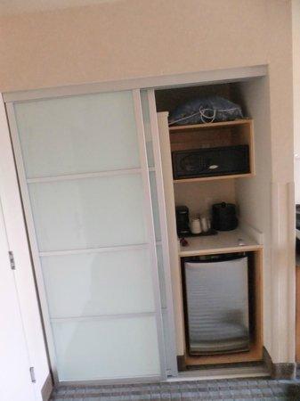 Holiday Inn Express Monterey - Cannery Row: fridge