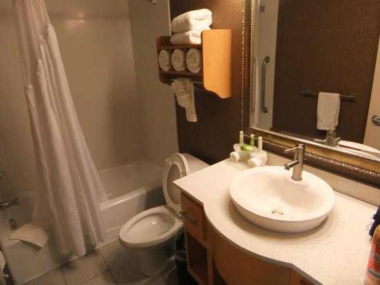Holiday Inn Express Monterey - Cannery Row: Nice bathroom.