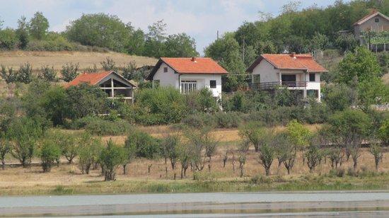 Vranje, Serbia: Вид на противоположный берег Александровского озера