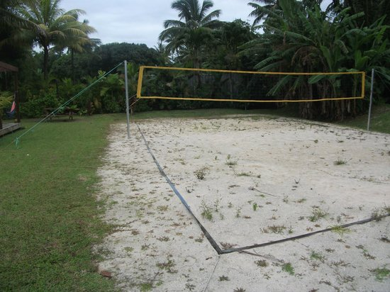 Aremango Guesthouse : The volleyball court at Vaimaanga studio