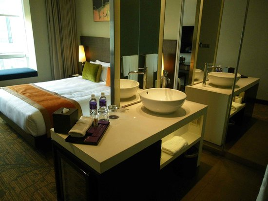 Park Regis Singapore: Bathroom area and bedroom not separate