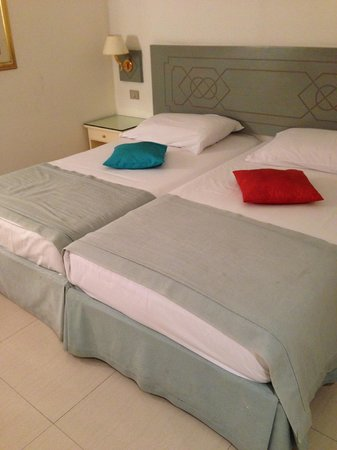 Cairo Pyramids Hotel : Beds, dirty bed skirts