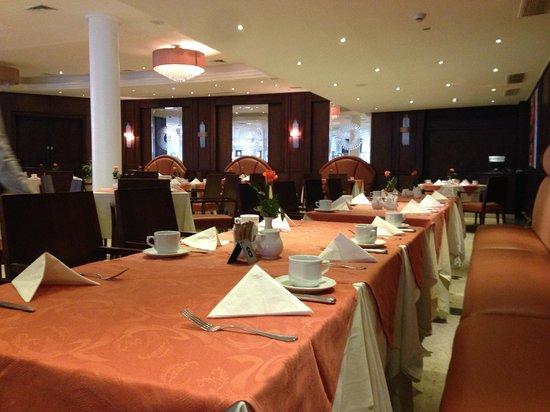 Mövenpick Resort Cairo - Pyramids: Empty restaurants