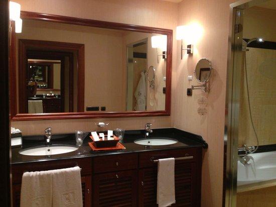 Gran Hotel Elba Estepona & Thalasso Spa: His & Hers Sinks