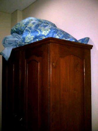 Bakungs Beach Hotel: bedcover yg diletakan seenaknya