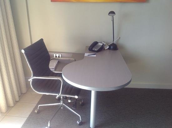 DoubleTree by Hilton Hotel Darwin: Well sized work station