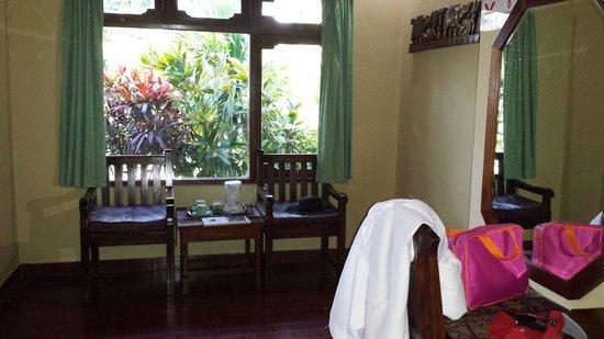 Kuta Puri Bungalows : Side view of room