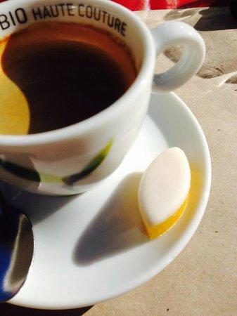 Le café de la place : A St Rémy le calisson de ¨Provence accompagne le café