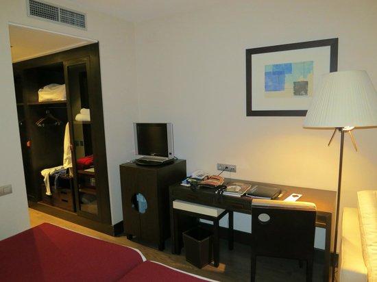 NH Valladolid Balago: Vista della stanza con lcd, minifrigo e cassetta di sicurezza