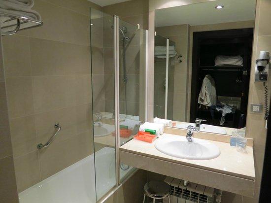 NH Valladolid Balago: Vista sul bagno con vasca-doccia e cremine