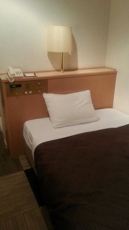 Select Grand Iseshima : セミダブルのベッド、かなり固めです
