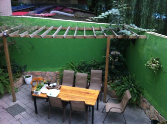 Nice House Hostel: Courtyard for chatting or drinking some tea