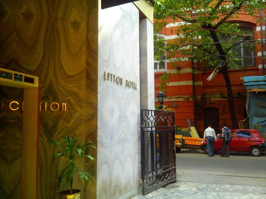 Lytton Hotel: Reception and entrance