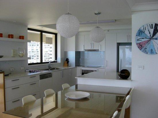De Ville Apartments: Kitchen/Dining area