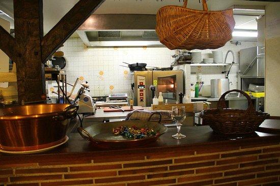 Le Moulin a Poivre: Vue sur la cuisine depuis la salle