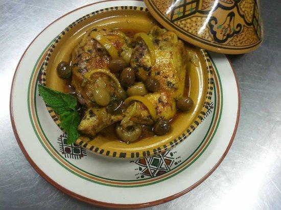 Un thé sous le figuier: Tajine de poulet aux olives et citron confit