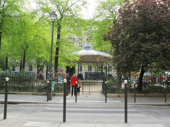 Ble Sucre : The charming sounds of children playing and brids chirping in the Park opposite .
