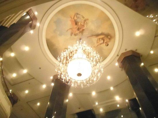 Swissotel Le Concorde Bangkok: Hotel Chandelier