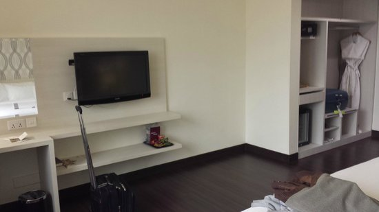 Village Hotel Bugis by Far East Hospitality: Flatscreen TV with plenty of channels