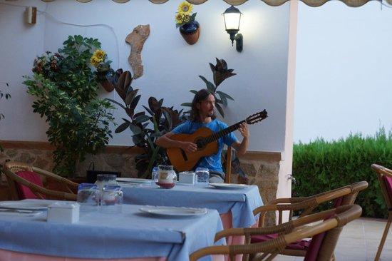Restaurante Ficus - Can Carlos: Guitarist Sergey